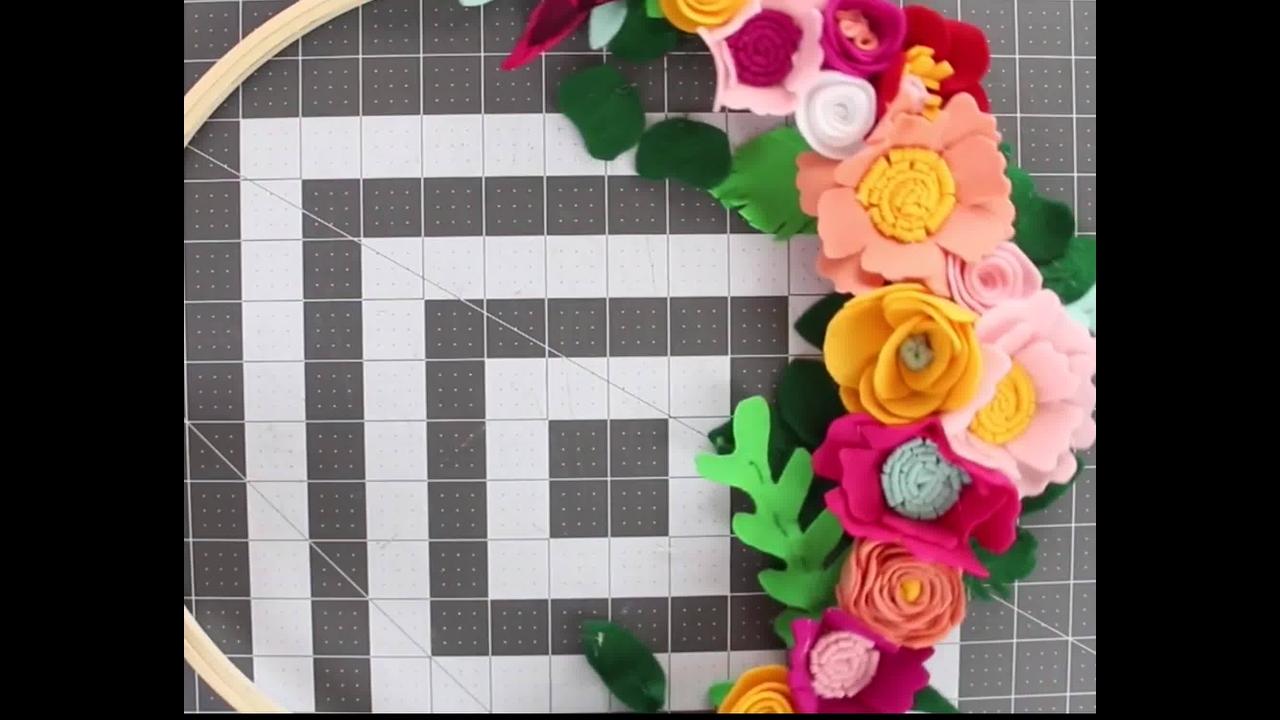Artesanato de arco com flores de feltro lindas para decorar sua casa!!!