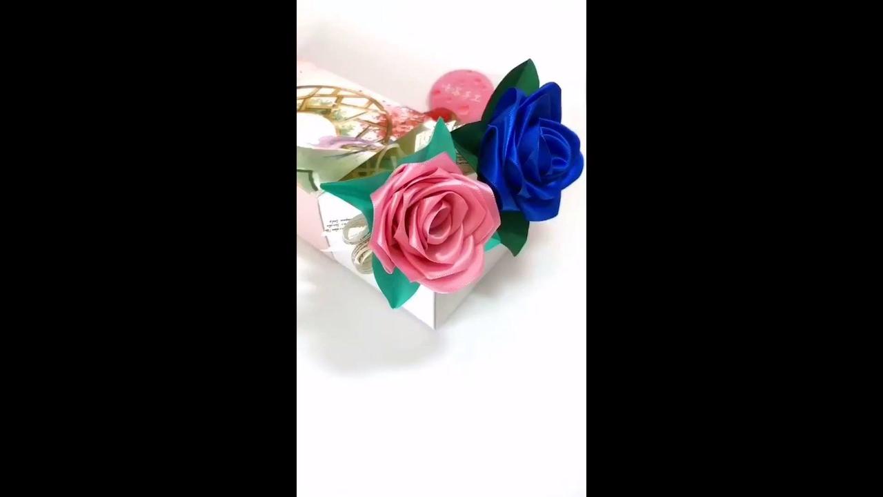 Artesanato de caneta com rosa de fita de cetim na ponta