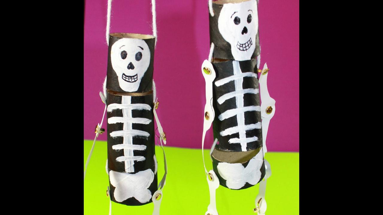Artesanato de esqueletos feitos rolinhos de papel higiênico