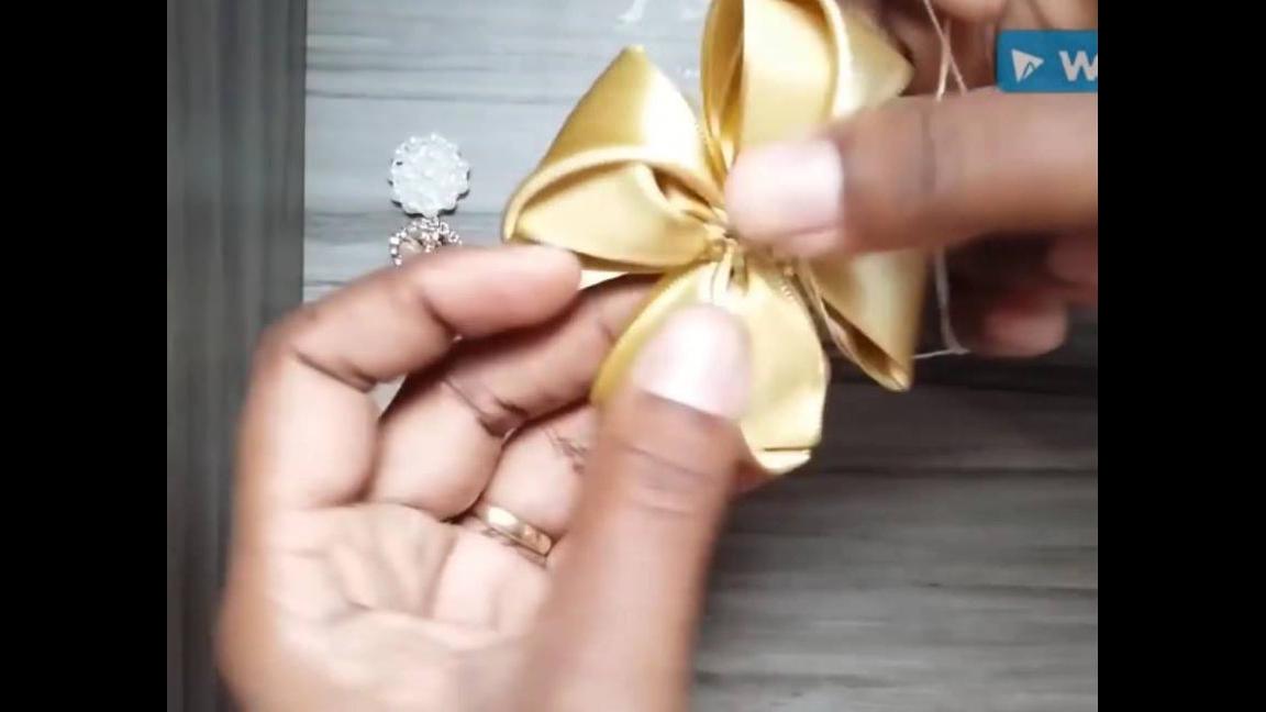 Artesanato de flor feita de fita de cetim dourada, veja como fica linda!!!
