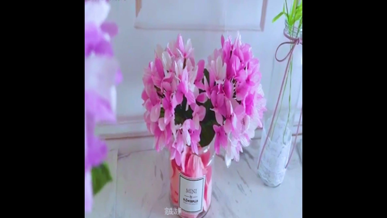Artesanato de florzinhas rosas de papel crepom para decorar vasos