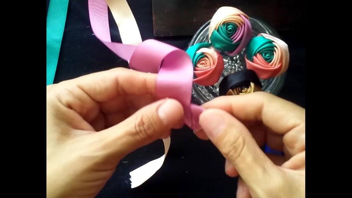 Artesanato de mini rosinhas feitas com fita de cetim, olha só que charme!!!