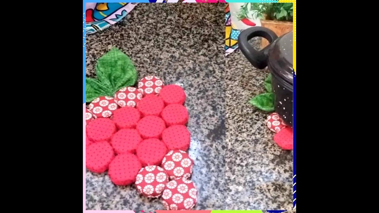 Artesanato de porta panela feito com tecido e tampinha de refrigerante