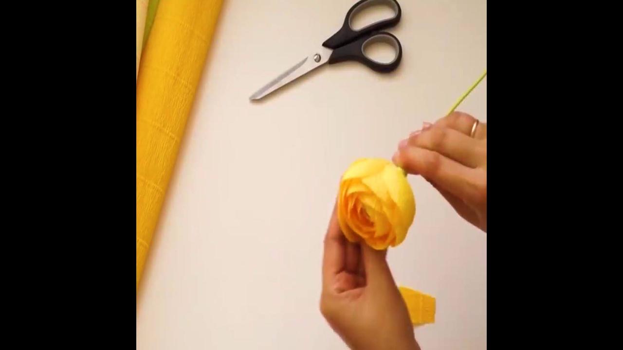 Artesanato de rosa amarela com papel crepom