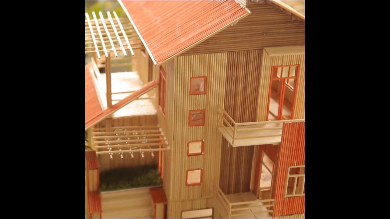 Casa em miniatura de madeira