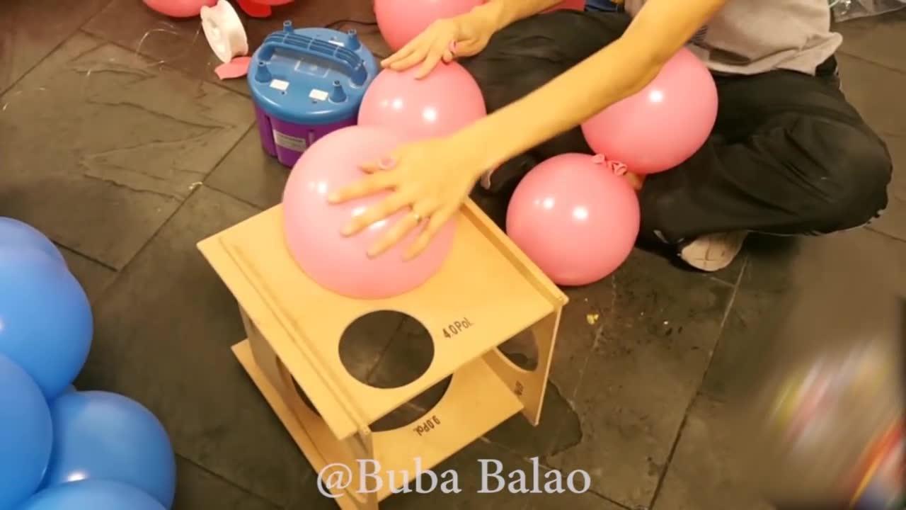 Como fazer um painel de aniversario com balões e fitas de papel crepom