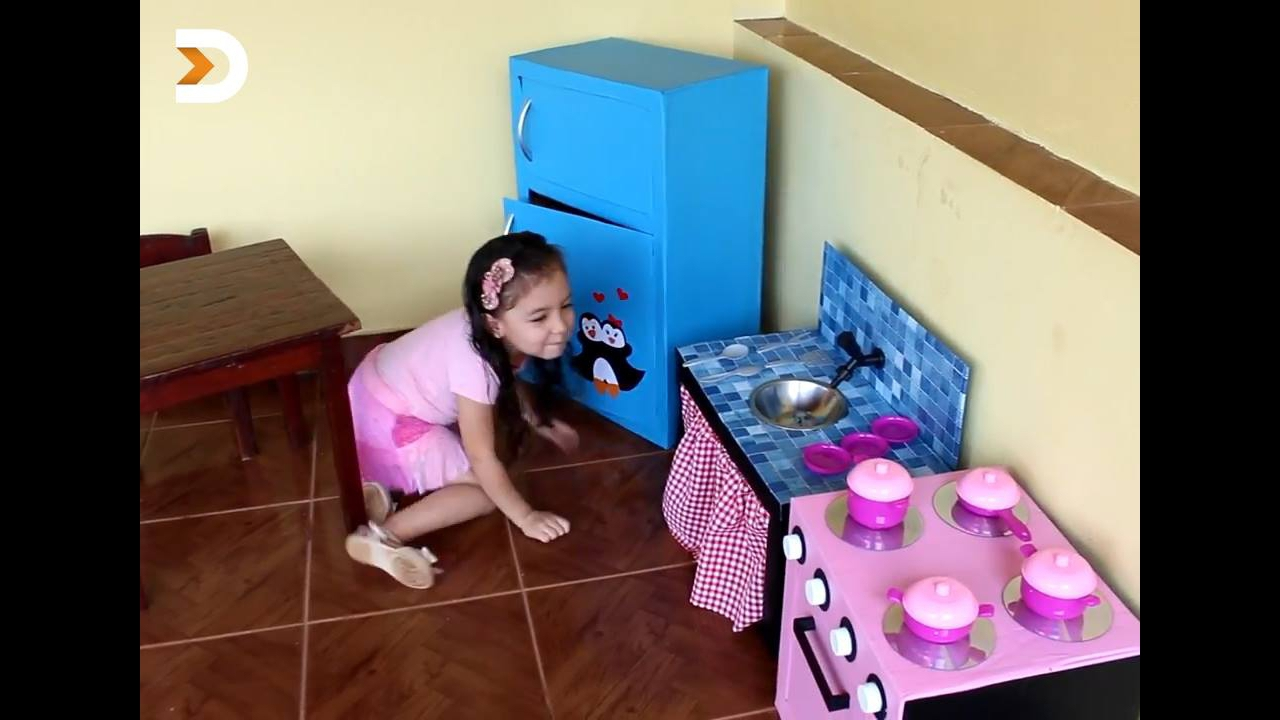 Cozinha para criança feita de caixas de papelão
