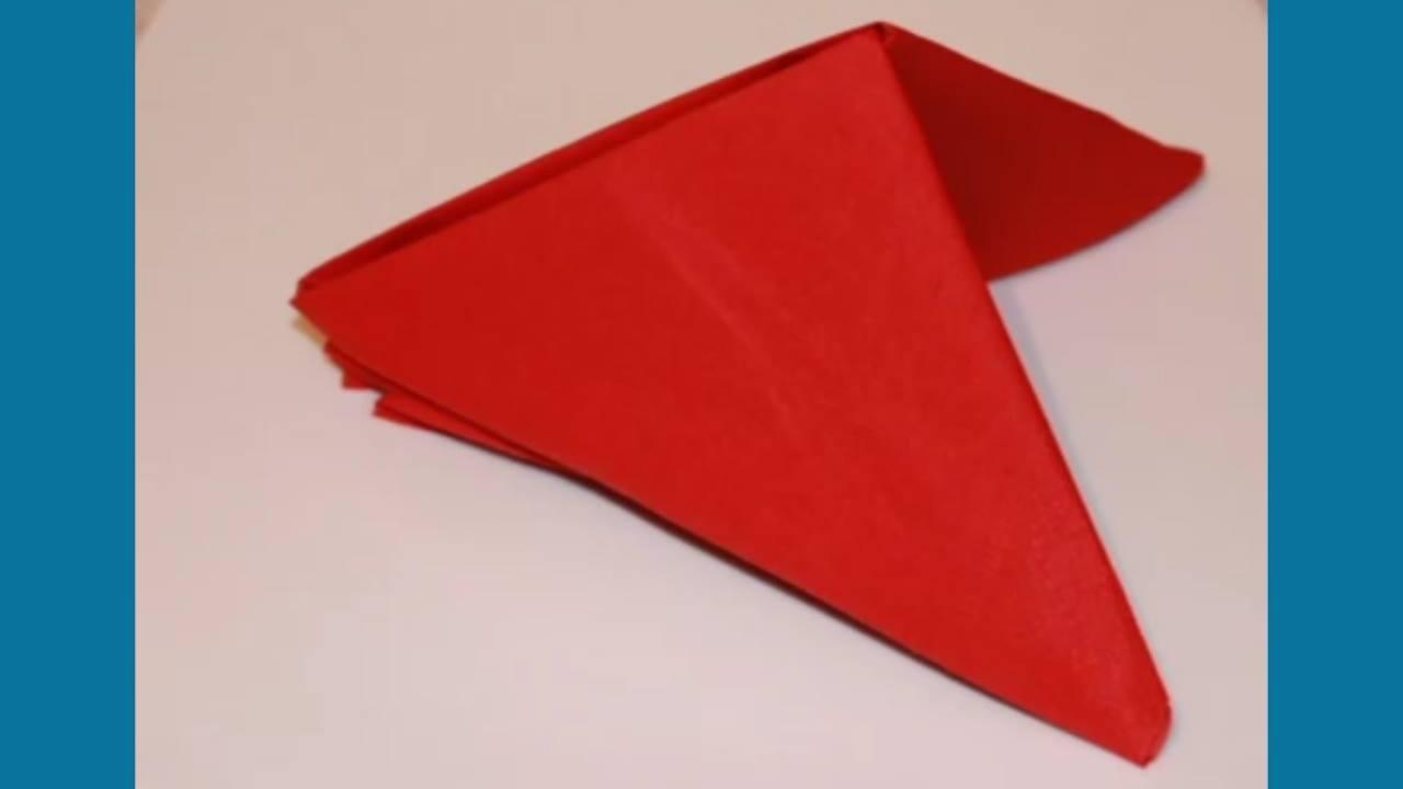 Dobrando o guardanapo em formato de pirâmide