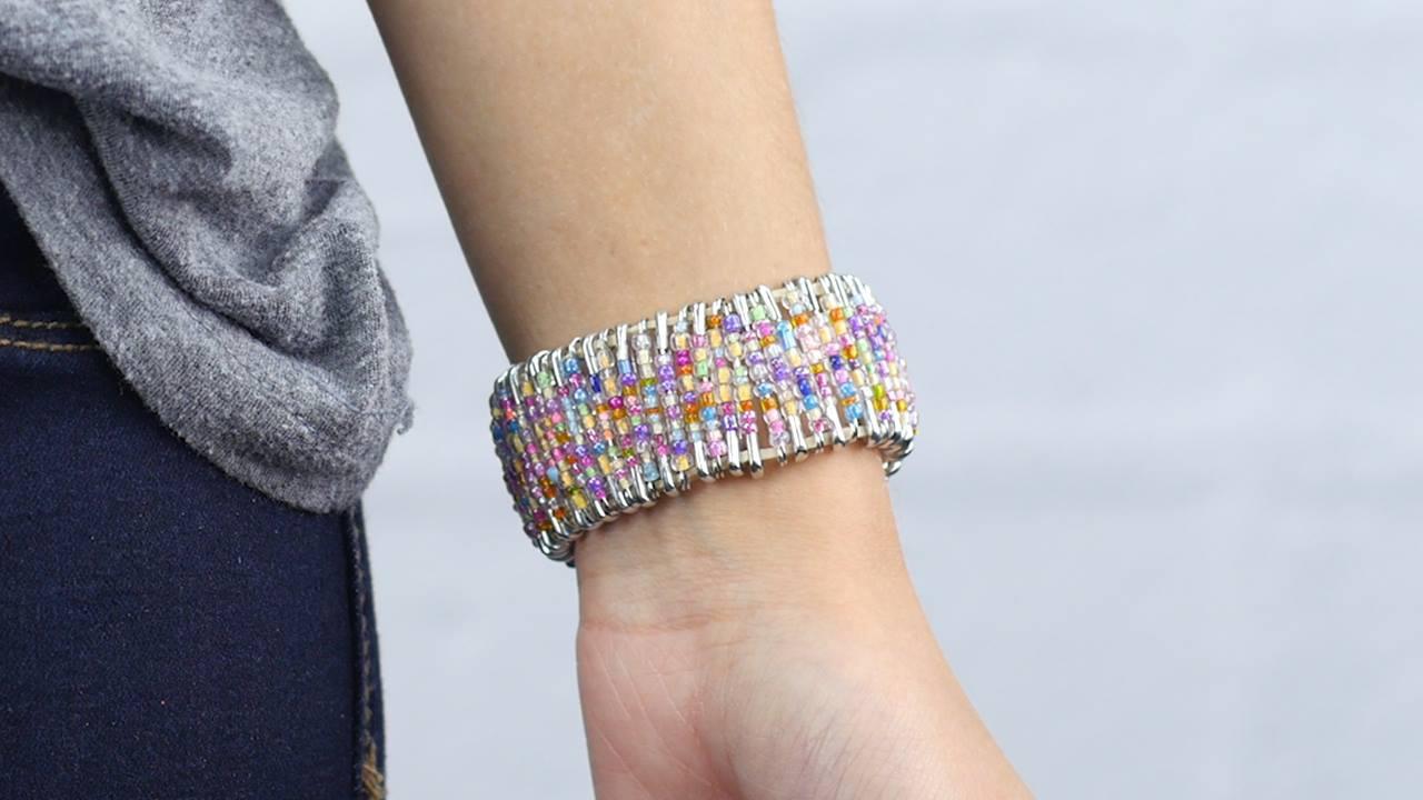Esse tutorial de pulseira é super legal e fácil de fazer