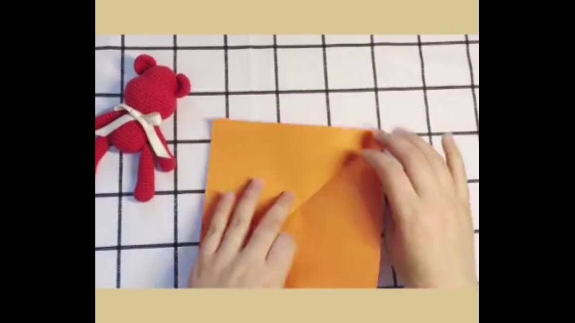 Flor de papel colorido feito com dobraduras