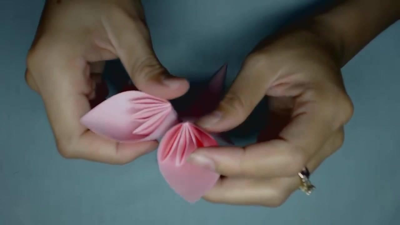 Flor feita com papel, dobraduras e cola