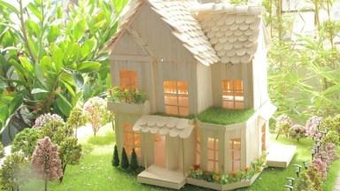 Miniatura De Casa Com Árvores E Grama Espalhada, Muito Linda!