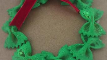 O Natal Esta Chegando! Veja Só Este Mimo De Guirlanda Feita Com Macarrão!