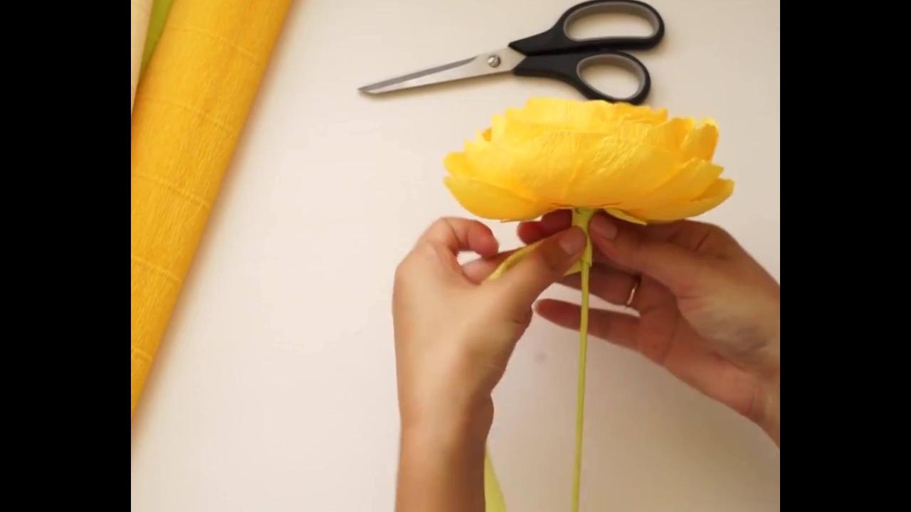 Rosa amarela feita com papel crepom