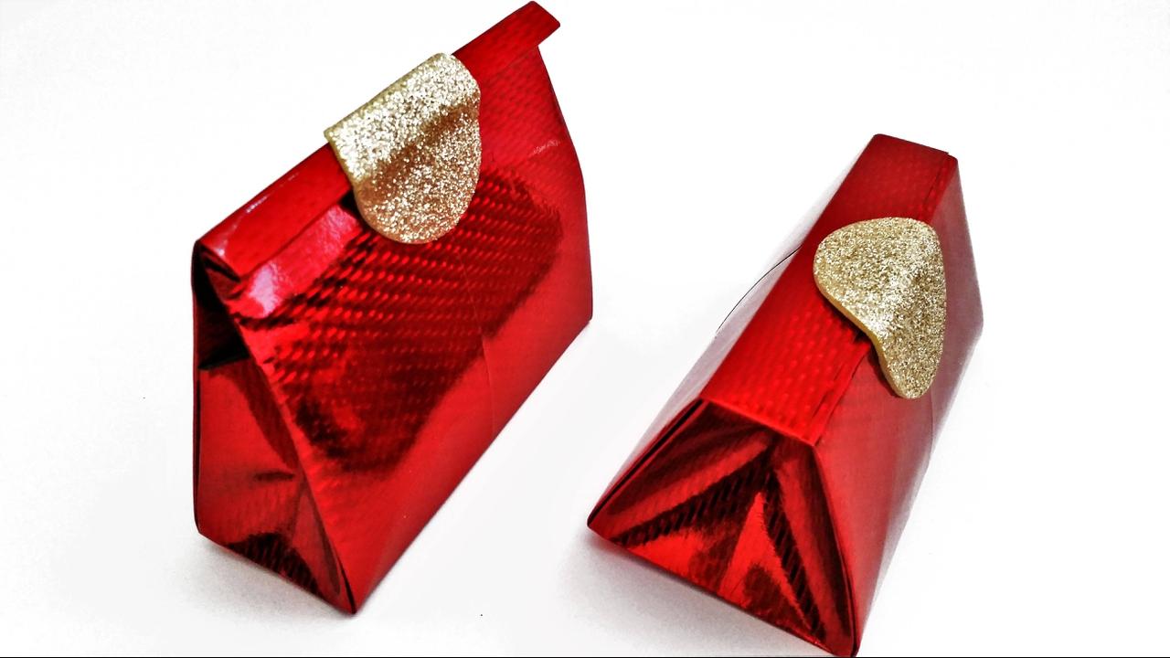 Transforme sacolas de papeis em embrulhos de presente em formato de bolsa