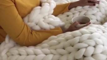 Vídeo Com Artesanato De Cobertor De Trico Feito A Mão, Olha Só Que Lindo!