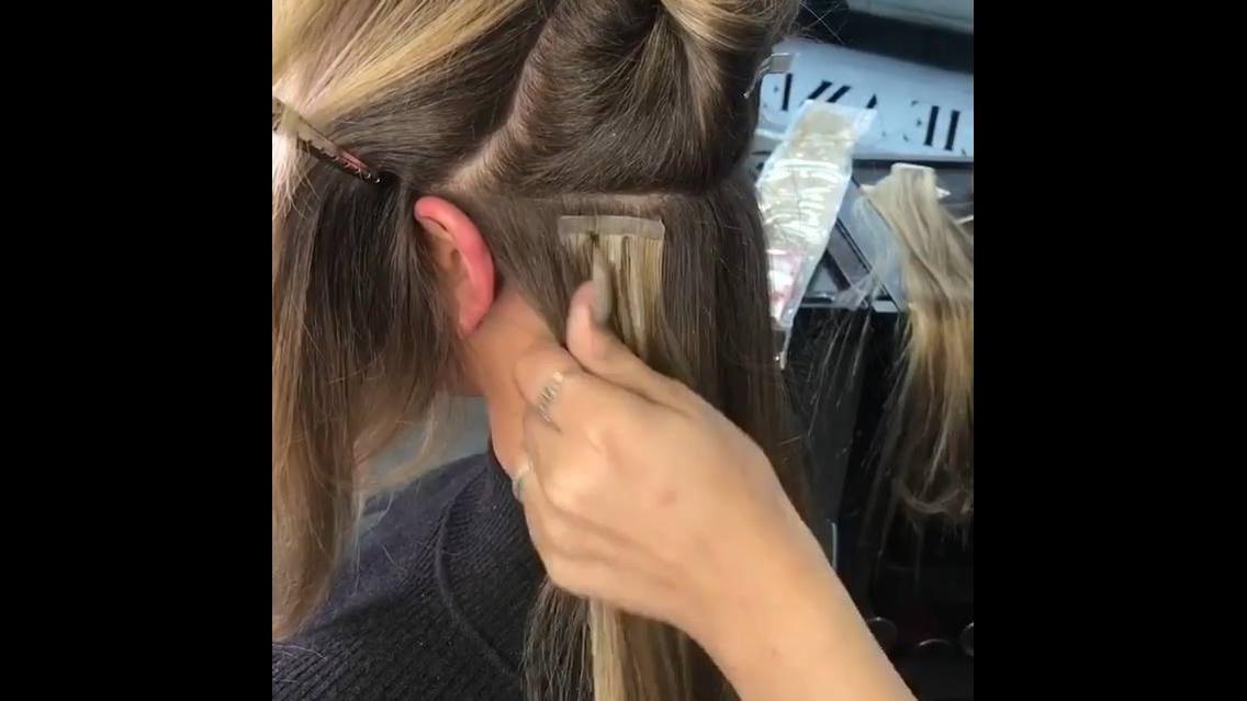 Aplicação de aplique de cabelos com fita adesiva