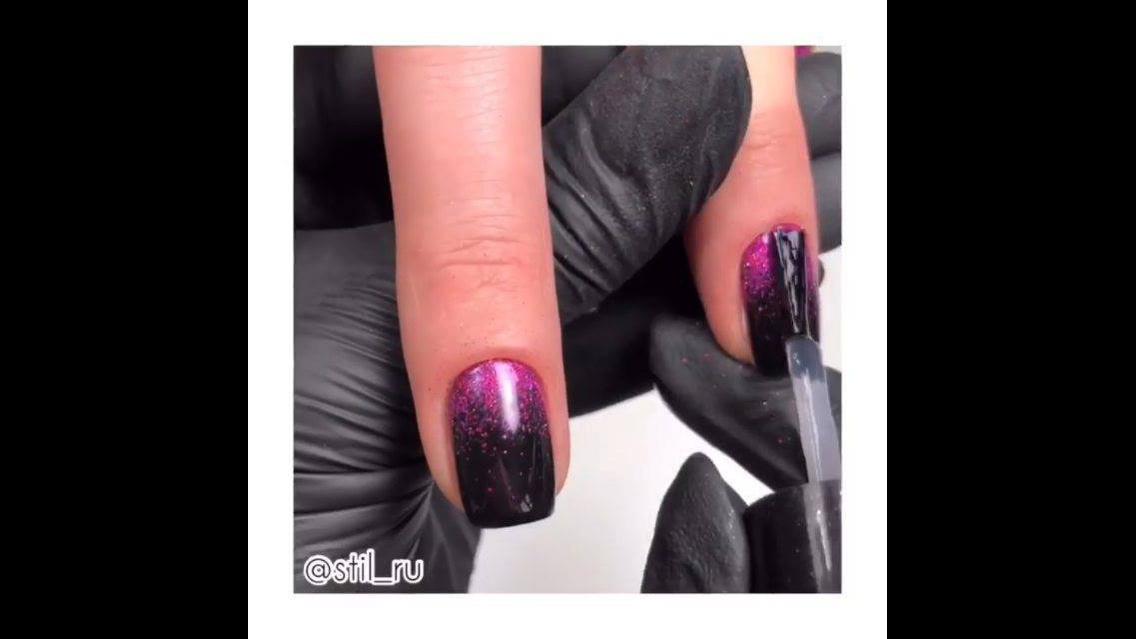 Aplicação de Glitter rosa nas unhas