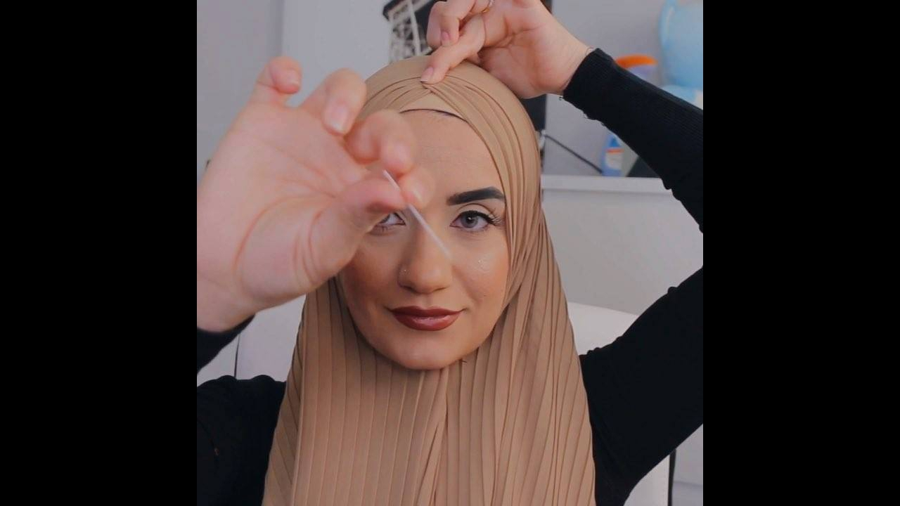 Aprenda a colocar o lenço que esconde os cabelos nas mulheres
