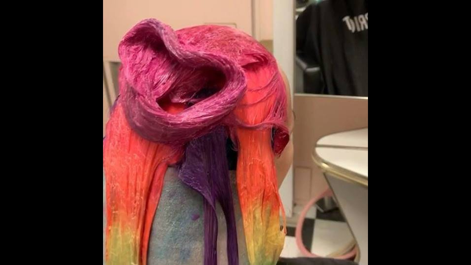 Cabelos coloridos, para quem gosta de cores nos fios, confira!