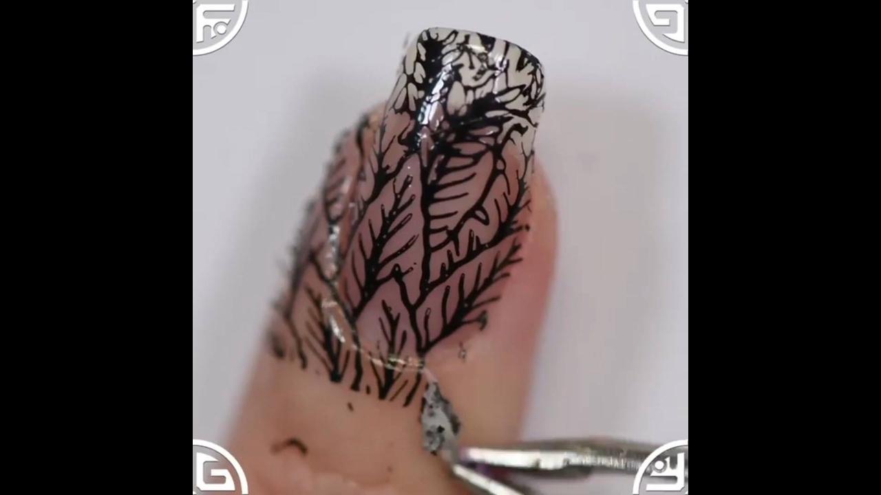 Decoração de unhas com carimbo