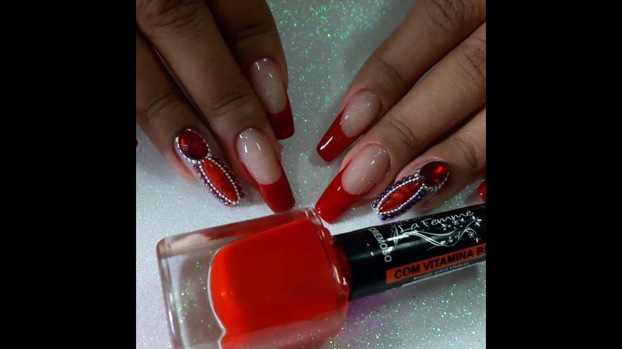 Decoração de unhas com detalhes vermelho