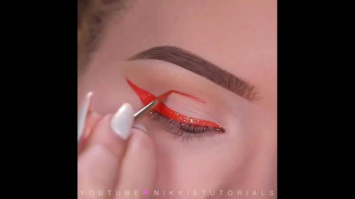 Delineando os olhos com batom vermelho