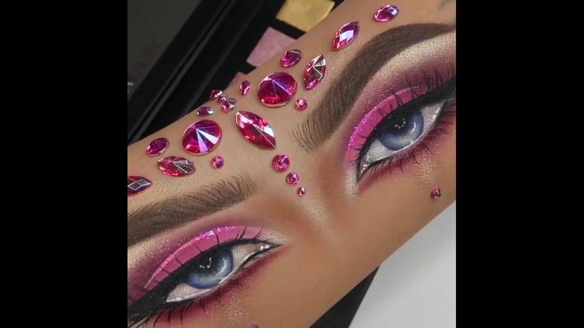 Desenho de olhos maquiados no braço