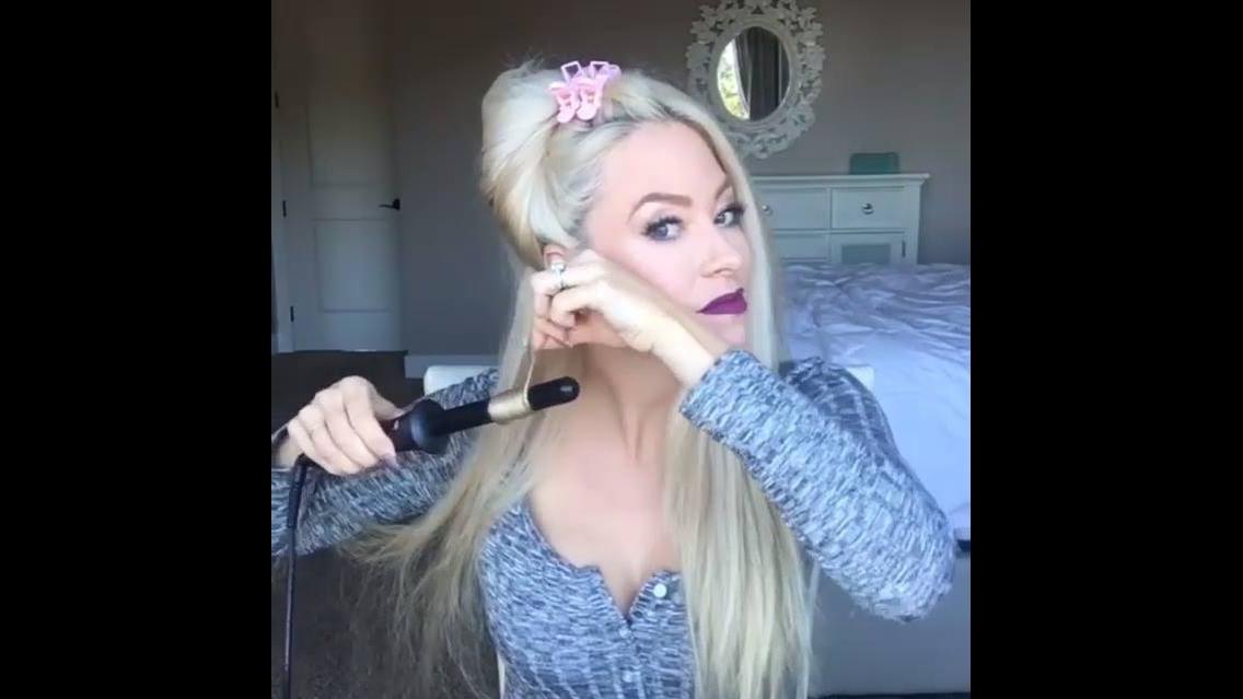 Enrolando cabelos longos e loiros