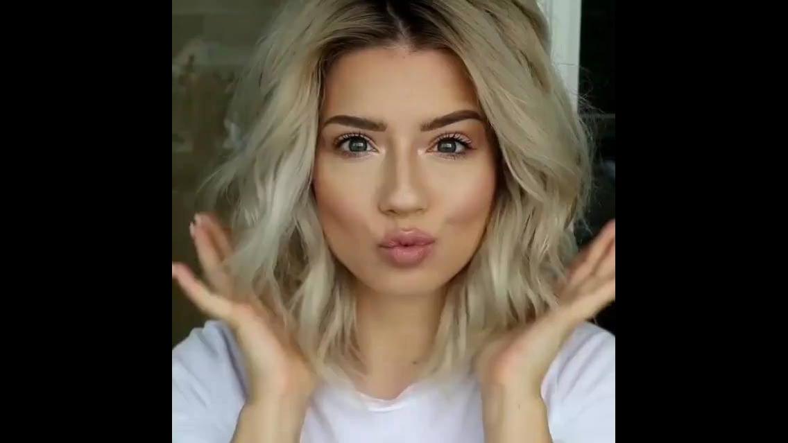 Enrolando os cabelos que fica estilo natural, vale a pena conferir as dicas!