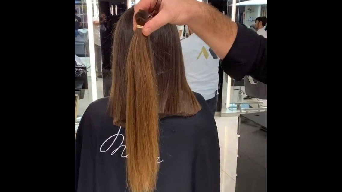 Garota de cabelos compridos corta eles no ombro, será que ela vai doar?