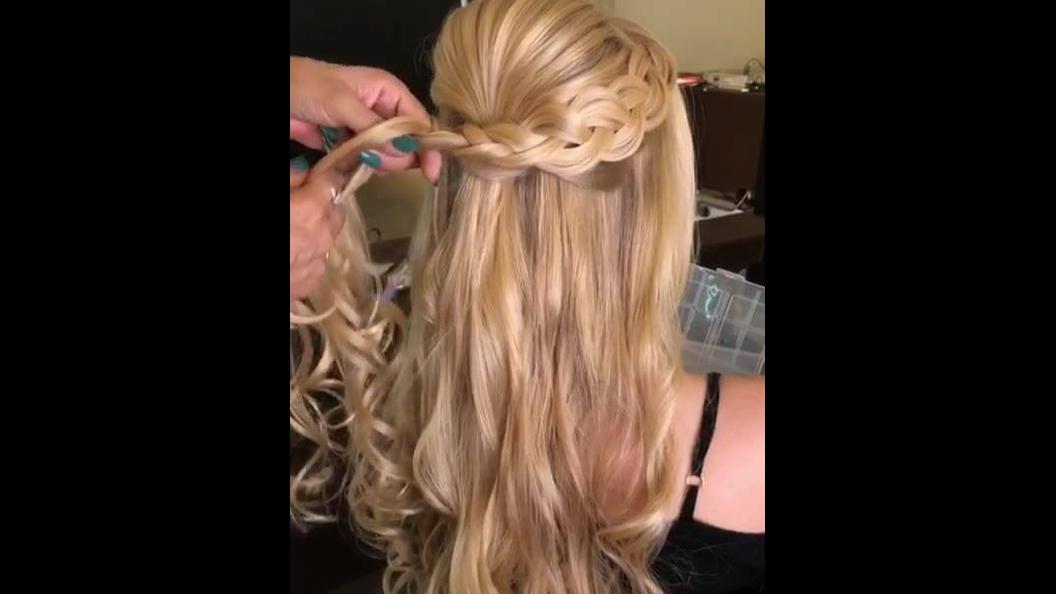 Ideia de penteado com trança na lateral, suas amigas vão amar!