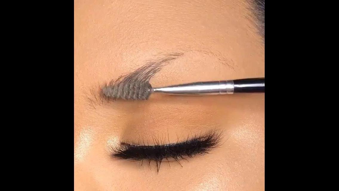 Inspiração de correção de sobrancelhas perfeito com maquiagem