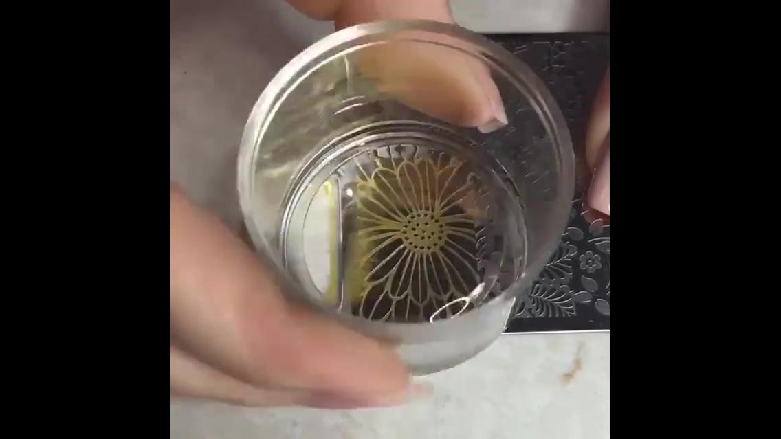 Inspiração de decoração de unha com carimbo com desenhos de flor