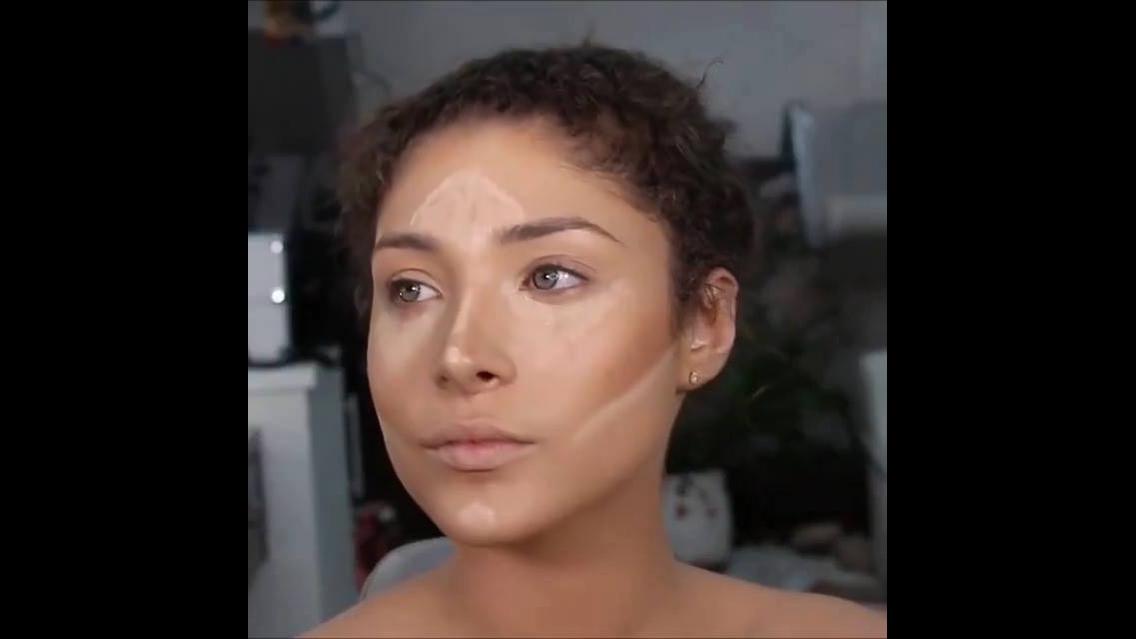 Inspiração de maquiagem com olhos marrom esfumado e sombra metálica