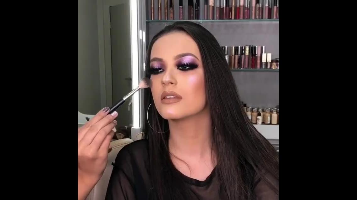 Inspiração de maquiagem com sombra lilas metálica