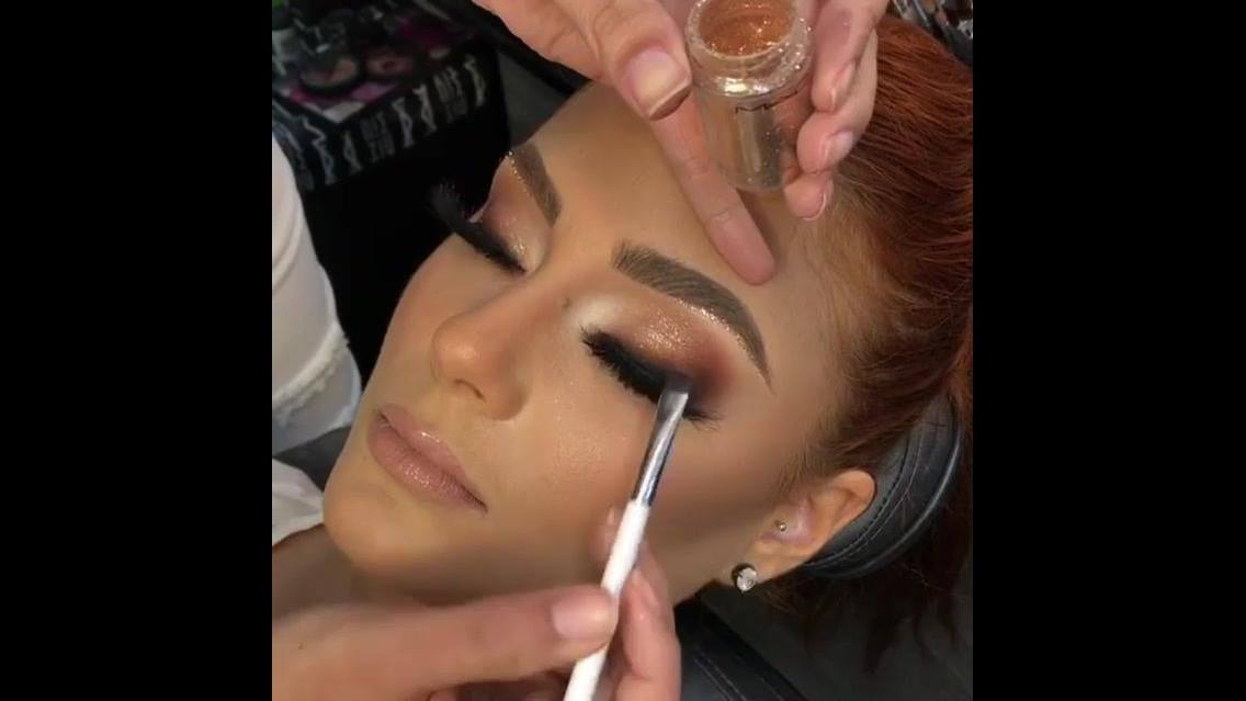 Inspiração de maquiagem para formanda com sombra marrom clarinha e brilho
