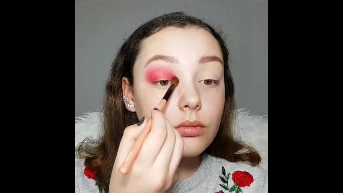 Inspiração de maquiagem para garotas com sombra vermelha