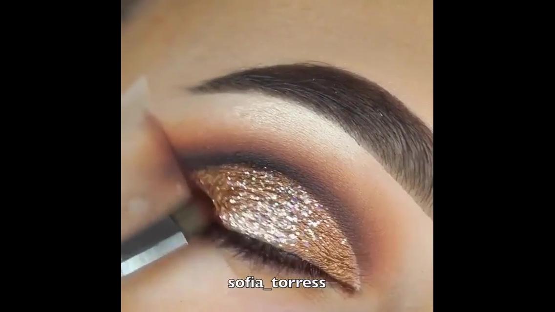 Inspiração de sombra para os olhos com aplicação de Glitter dourado!!!