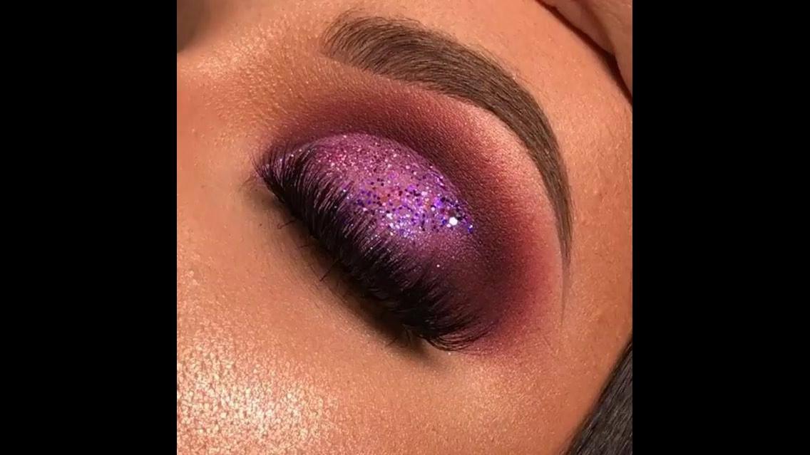 Inspiração de sombra rosa com Glitter e esfumado marrom, uma combinação perfeita