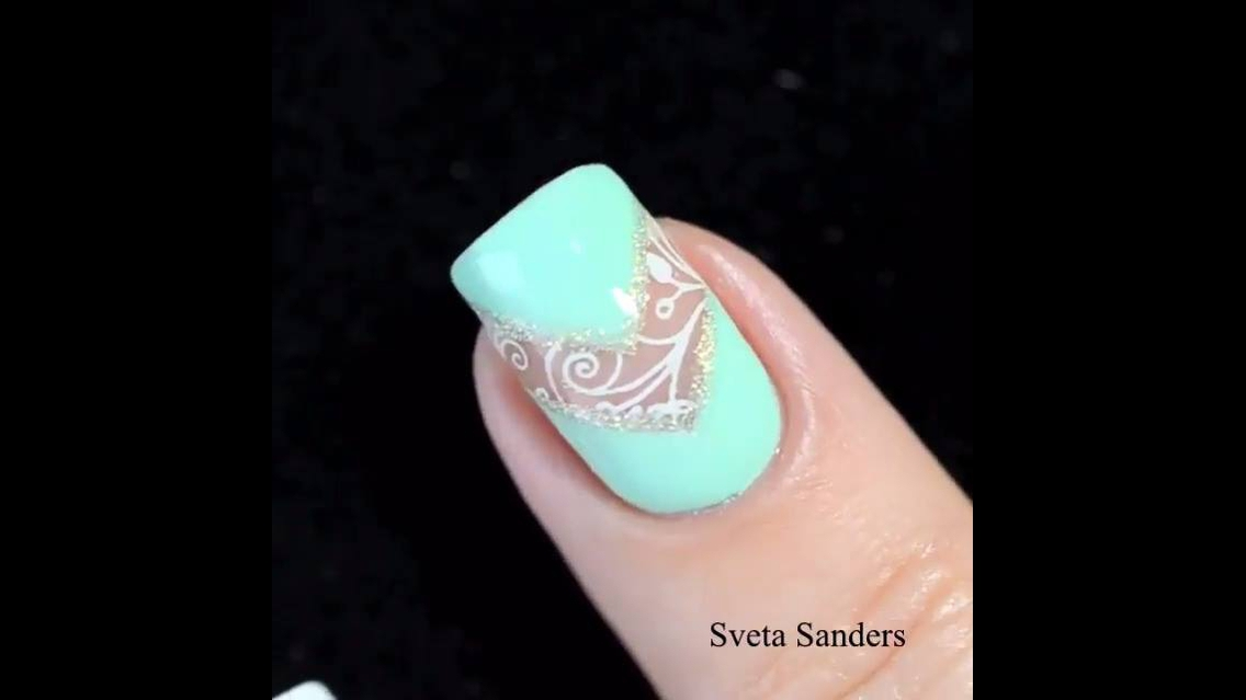 Inspiração de unha com esmalte verde claro, e desenho branco!!!