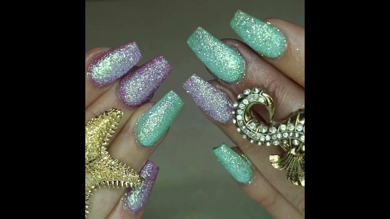 Inspiração de unhas com muito brilho nas cores lilas e verde