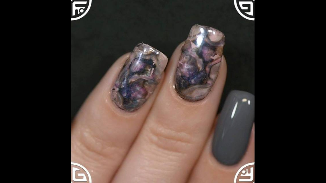 Inspiração de unhas decoradas com aplicação de película e pó cromado