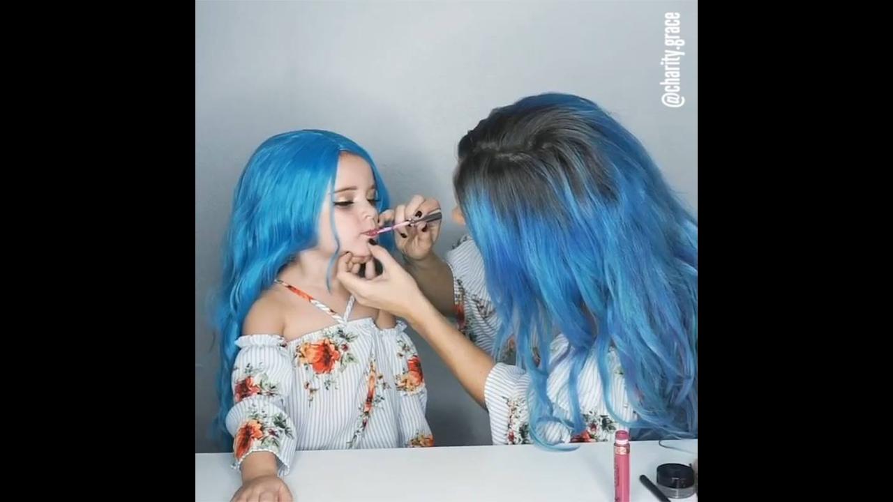 Mamães e filhas se maquiando com maquiagens iguais, que lindas!
