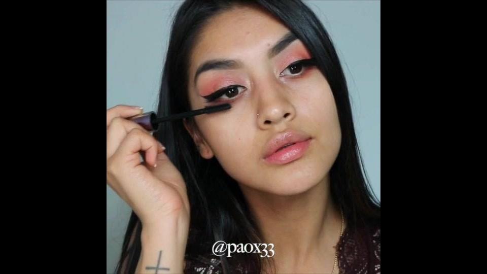 Maquiagem com batom de cor escura