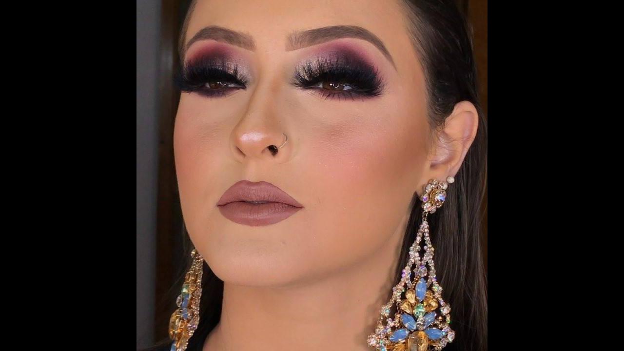 Maquiagem com batom marrom claro e sombra marcante