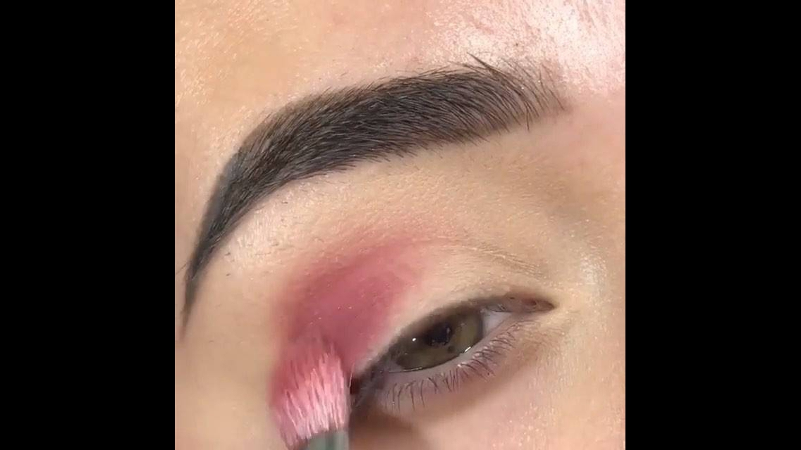 Maquiagem com brilho discreto