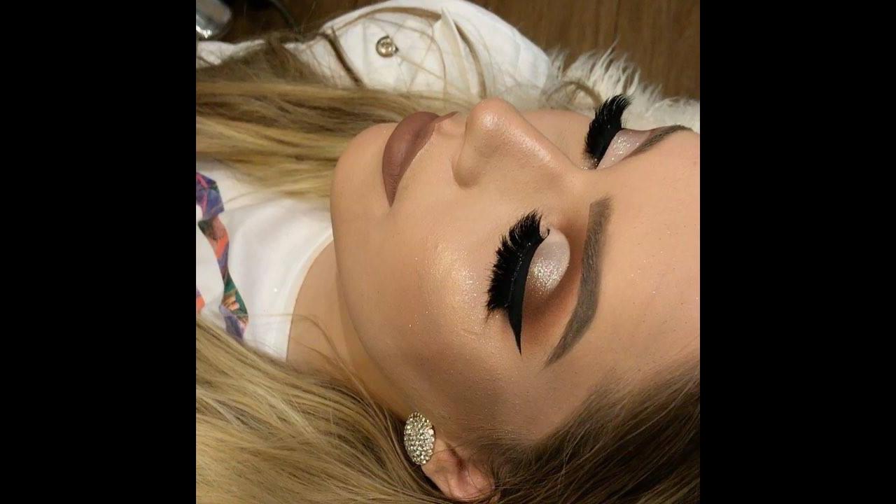 Maquiagem com delineado e sombra clara e brilhante, confira!