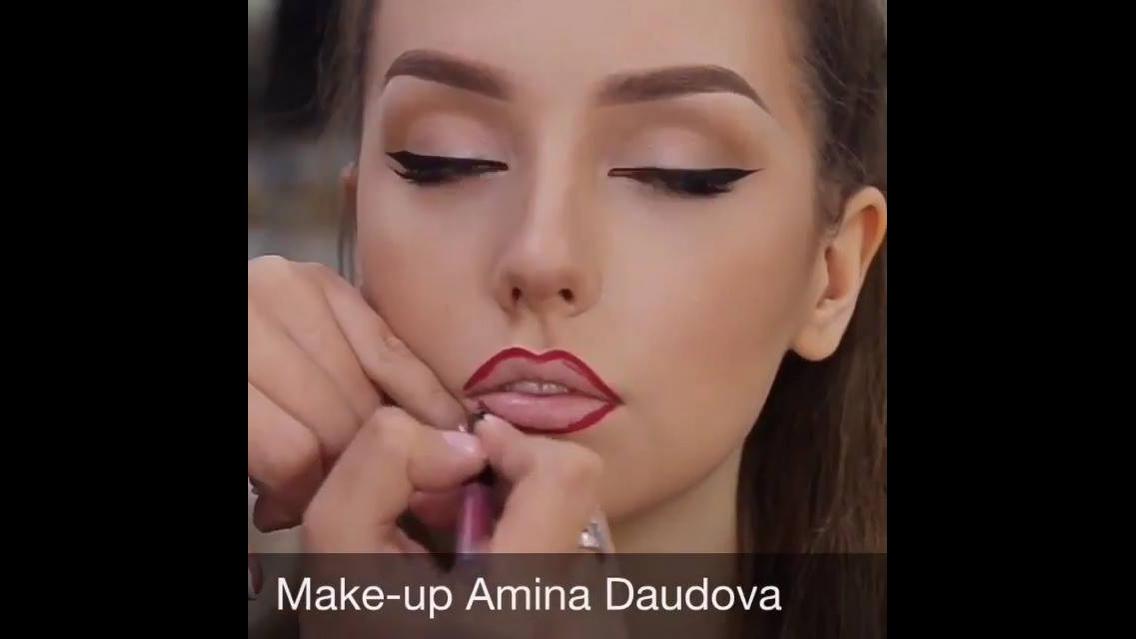 Maquiagem com delineado preto nos olhos e batom vermelho