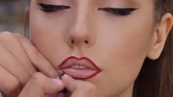 Maquiagem Com Delineado Preto Nos Olhos E Batom Vermelho, Precisa De Mais?